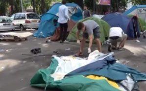 Abbandonati tra i rifiuti, i migranti chiedono aiuto