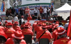 In piazza seduti: i metalmeccanici si inventano la nuova protesta